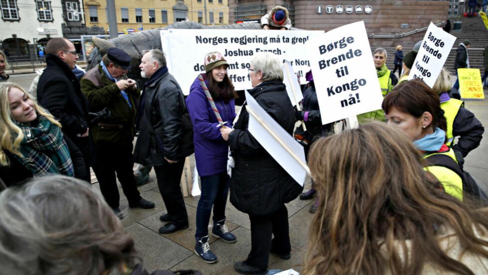 DEMONSTRERTE: Hannah French (i midten) foran tigerstatuen ved Oslo S lørdag formiddag. Foto: Marte Christensen / NTB Scanpix