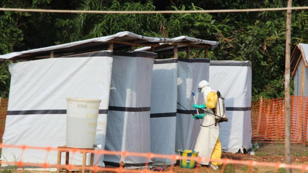 FAREN OVER: Et bilde fra oktober viser desinfiseringsarbeid i et behandlingssenter for ebolasmittede i Lokolia i Kongo. Landets helsemyndigheter melder nå at ebolautbruddet landet er stanset.  AFP PHOTO KATHY KATAYI