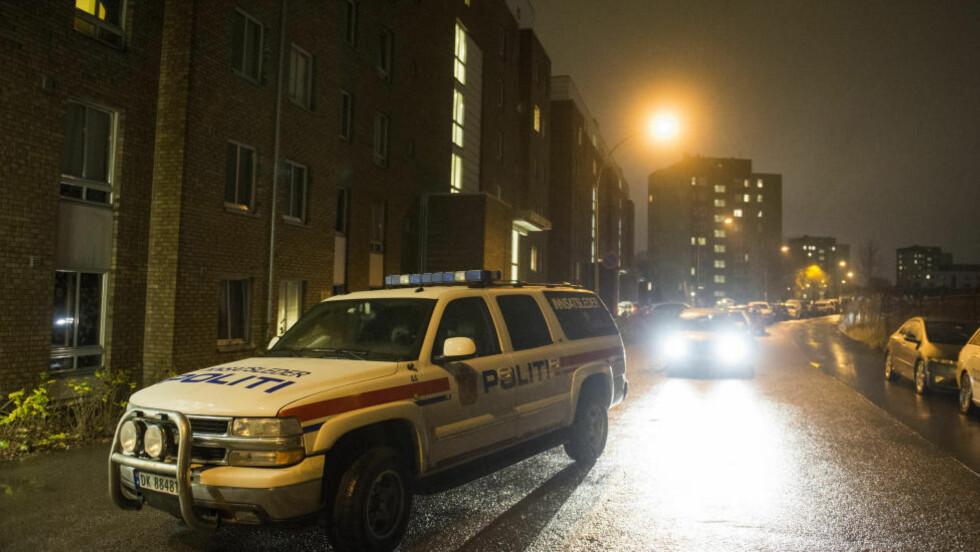 BER OM HJELP: Politiet var lørdag kveld på stedet der to personer ble utsatt for vold. Én person døde og én er alvorlig skadd, politiet leter fortsatt etter gjerningsperson. Foto: Fredrik Varfjell / NTB scanpix