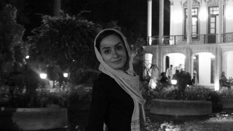 BOR I IRAN:  Student Hadis Shahabi, her fotografert ved Shapouri House i den sør-iranske byen Shiraz, er født i Iran og bor i Iran. Nå studerer hun engelsk og er derfor på utkikk etter turister å praktisere engelsken med. Men det er ikke alltid så lett. Foto: Privat