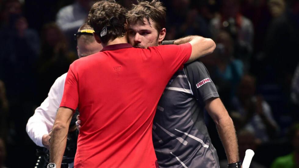 KNUST: Roger Federer måtte trøste landsmannen Stanislas Wawrinka etter å ha slått ham i en thriller av en semifinale i London. Foto:REUTERS/Toby Melville/ NTB Scanpix