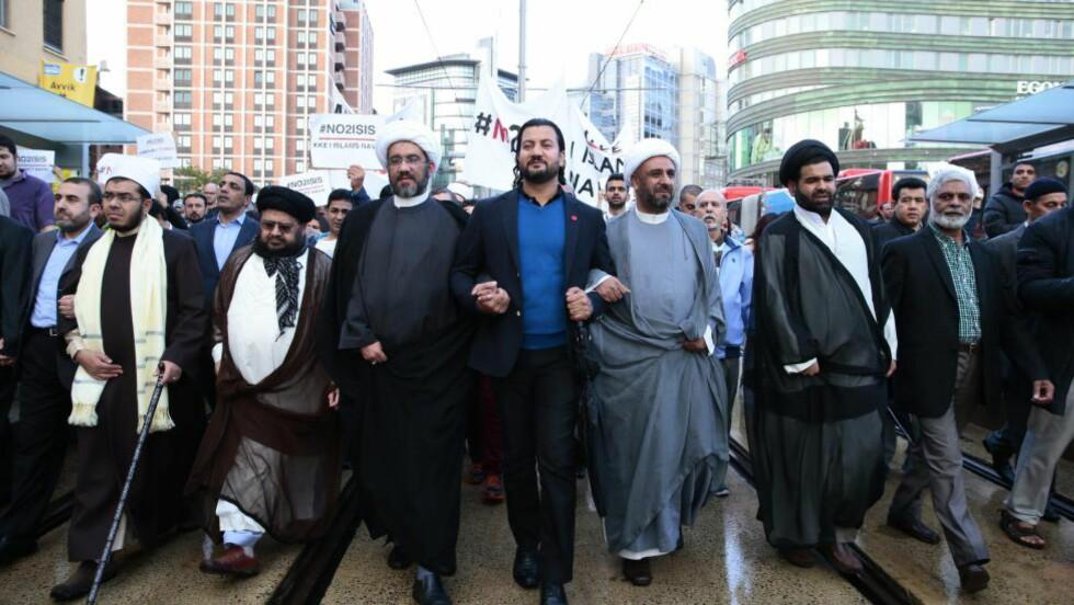 FEILUTPEKT: Generalsekretær Islamsk Råd, Mehtab Afsar (i midten) og andre muslimske ledere deltok i demonstrasjonen mot Den islamske staten (IS) og Profetens Ummah i sommer. Det viser seg at det ikke er Islamsk råd, men Det islamske forbundet som har havnet på terrorlista til De forente arabiske emirater. De var en av drivkreftene bak demonstrasjonen. Foto: Håkon Mosvold Larsen / NTB scanpix