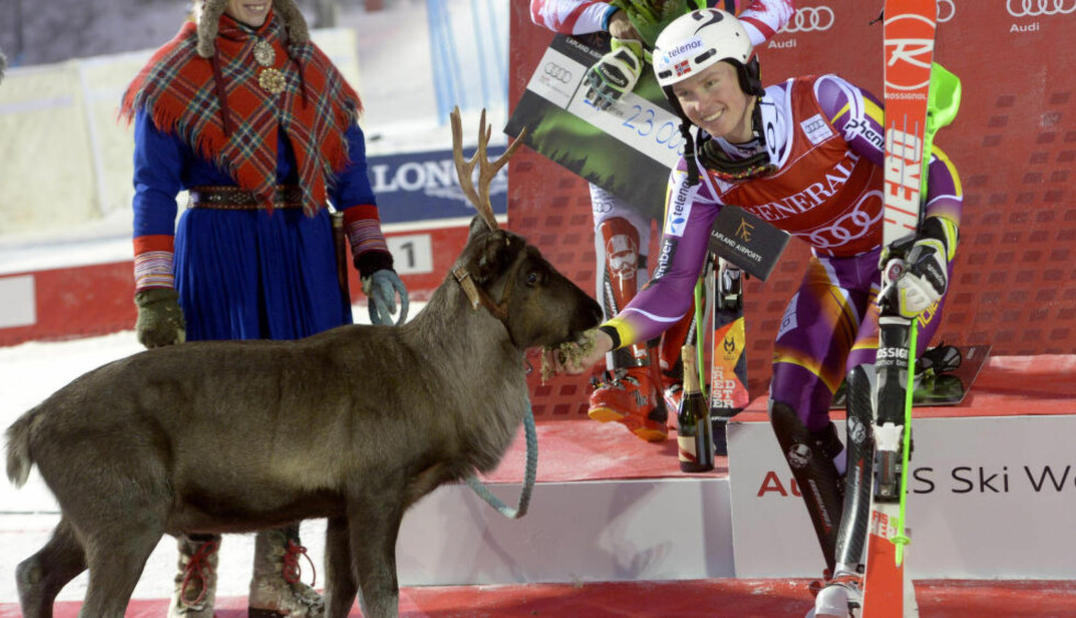 VANT REINSDYR: Henrik Kristoffersen fikk med seg et reinsdyr i tillegg til verdenscupseieren i Levi i dag. Det kalte han Lars, etter sin far. Foto: REUTERS/Markku Ulander/Lehtikuva / NTB Scanpix