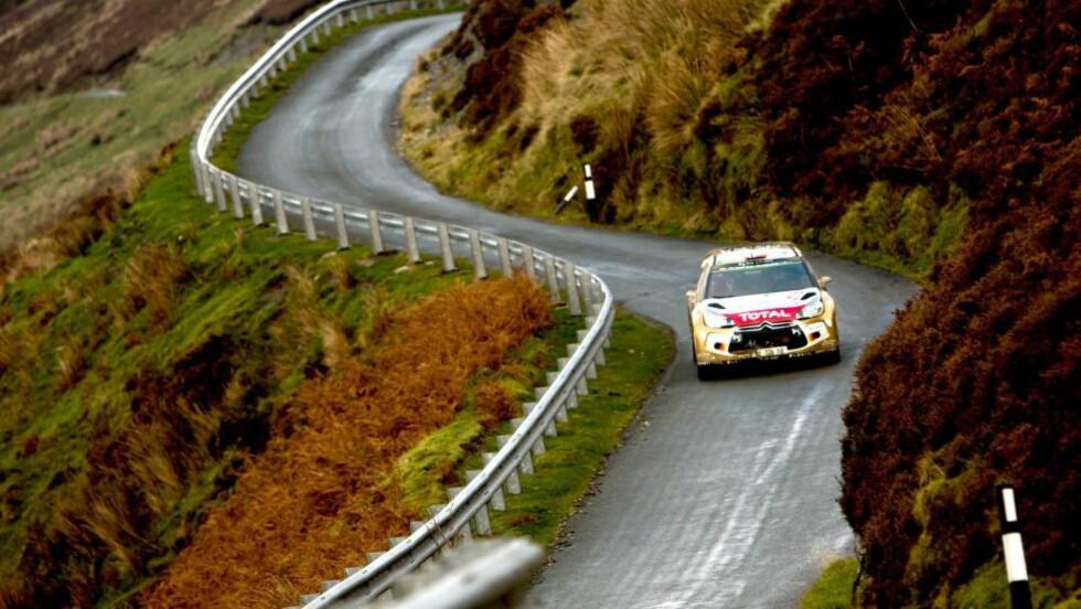 I BILLEDSKJØNNE OMGIVELSER: Mads Østberg ble nummer tre i Rally Wales da sesongen ble avsluttet i dag.Foto: EPA/Nikos Mitsouras/NTB Scanpix