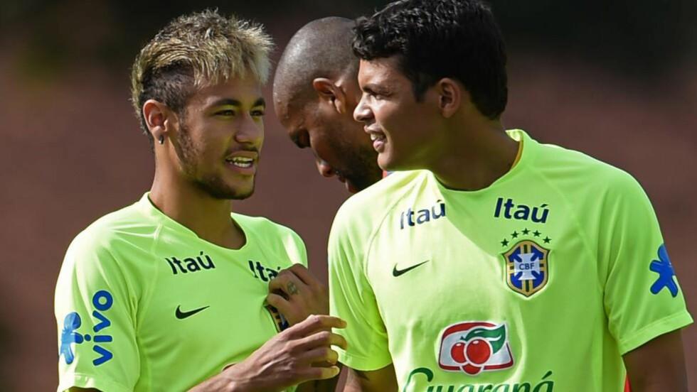NY KAPTEIN:  Brasils nye landslagssjef Dunga utnevnte Neymar (t.v) til kaptein. Thiago Silva likte ikke å bli vraket. Foto: AFP PHOTO / VANDERLEI ALMEIDA/NTB Scanpix.