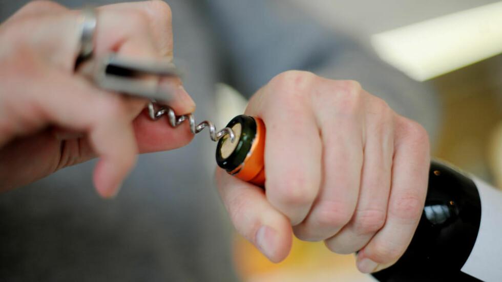 SELGER MINDRE: Salget av alkohol gikk ned med 1,9 prosent i tredje kvartal i år sammenlignet med samme periode i fjor. Hittil i år er det omsatt 1,5 prosent færre liter alkohol enn på samme tidspunkt i 2013. Foto: Frank May / NTB scanpix