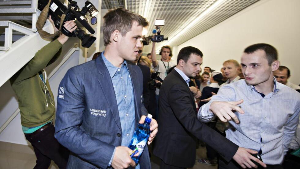PÅ PLASS: Magnus Carlsen fotfølges av den russiske livvakten. Her holder han fans på en armlengdes avstand. Foto: HANS ARNE VEDLOG