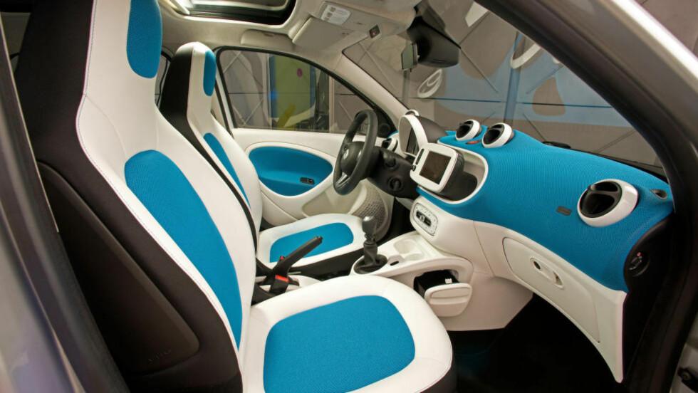 LITEN OG SPESIEL: Ingen tvil om at Smart Forfour skiller seg ut. Og selv om den kan kjøpes i mer nøytrale fargekombinasjoner enn denne, syns vi det spriter opp opplevelsen. Men er det en god bil? Foto: SMART