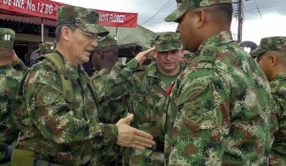 KRIGSFANGE: General Rubén Darío Alzate (til venstre), som ble tatt til fange i helga i fylket Chocó, antakelig av gerilja-bevegelsen FARC. President Juan Manuel Santos har lagt fredsforhandlingene med FARC på is. Foto: AFP / Scanpix / Pressekontoret til Forsvaret i Colombia