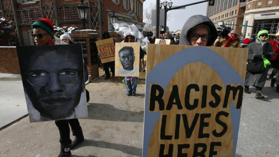 NYE DEMONSTRASJONER: Det er ventet nye store demonstrasjoner når en storjury i St. Louis har tatt en beslutning i saken hvor en hvit politimann skjøt og drepte en afroamerikansk tenåring. Foto: EPA/LARRY W. SMITH