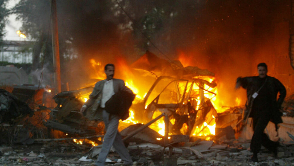 VERST I IRAK:  Irakisk politi går forbi en brennende bil i Bagdad, like etter at en bilbombe gikk i lufta og drepte minst tre mennesker. Irak er det landet som opplever mest terrorangrep. Foto: Marwan Naamani/Afp/Scanpix