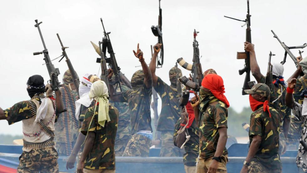 MILITANTE: Bildet viser mannskaper fra MEND-geriljaen i Nigerdeltaet da krigsherren Government Ekpemupolo var kommandant. Han har fremdeles en rekke militante støttespillere i regionen også etter at han inngikk amnesti med regjeringen i 2009. Det skal være krigsherren som stod bak kidnappingen av 14 journalister søndag. Disse skal ha blitt fraktet til hans tidligere geriljahovedkvarter, den beryktede Camp 5. Foto:   AFP  / PIUS UTOMI EKPEI / NTB Scanpix