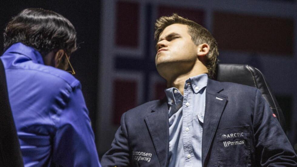 LANG DAG PÅ JOBBEN: Magnus Carlsen holdt liv i håpet lenge med hvite brikker mot Viswanathan Anand i går. Så lenge at noen lot seg provosere. Foto: Lars Eivind Bones / Dagbladet