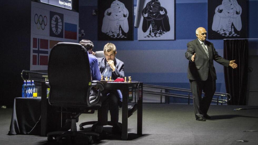 MÅ BESTEMME SEG:  Vishy Anand må ta en seier på de siste fire partiene, og har en mulighet med hvite brikker i dag. Men et tap vil på langt nær ruinere inderens vinnersjansen. Foto: Lars Eivind Bones