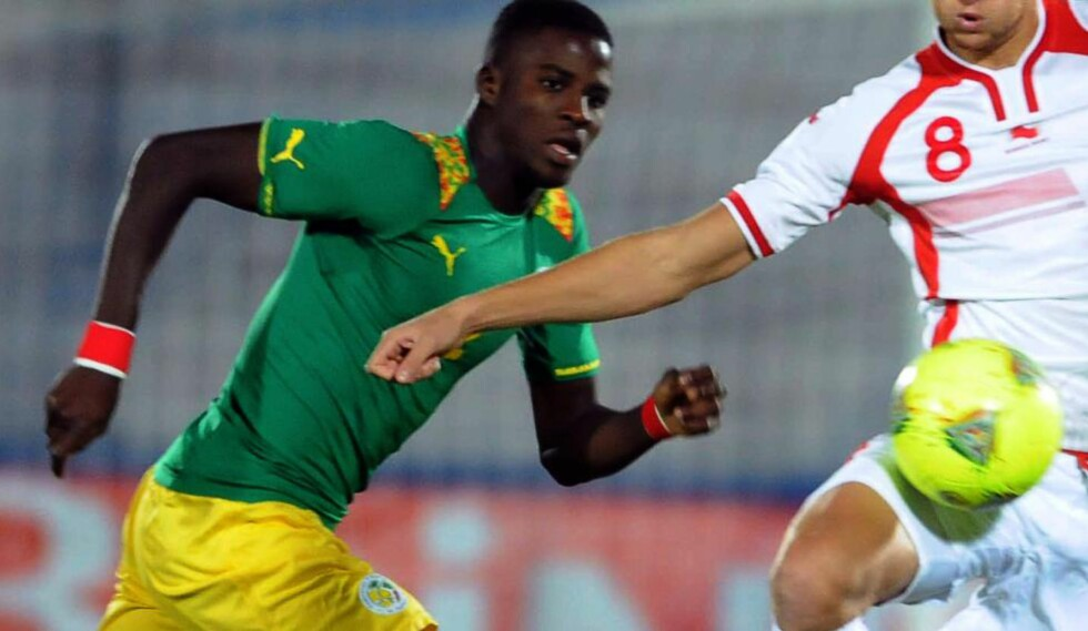 ØNSKET I ITALIA, TYSKLAND OG ENGLAND: Brann-spiller Stephane Badji (t.v), her mot Tunisia i oktober, skal være på vei bort fra Tippeligaen. Foto: AFP /  SALAH HABIBI / NTB SCANPIX