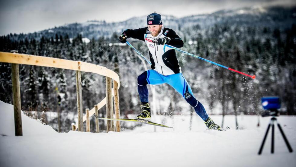 EKSTREMFART : Martin Johnsrud Sundby under hastighetsmåling opp den siste bratte bakken før stadion på Beitostølen, Nå analyserer han toppfarten i rykkene for å kunne velge riktig taktikk under fartsøkningene i VM til vinteren. FOTO: Thomas Rasmus Skaug/Dagbladet.