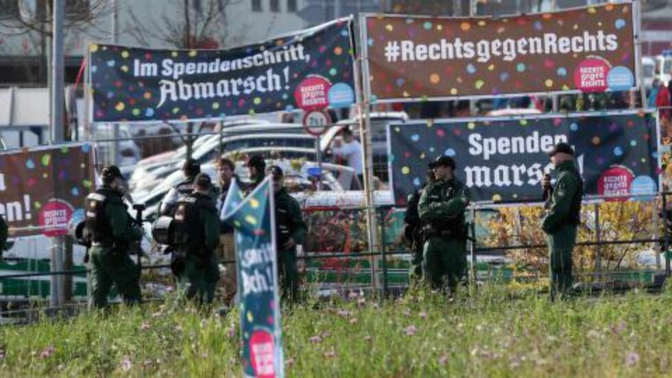 POLITIVAKTER: Politiet passet på under nynazistenes marsj til ære for Rudolf Hess i den tyske byen Wunsiedel sist lørdag. Foto: Fricke / AFP / NTB Scanpix