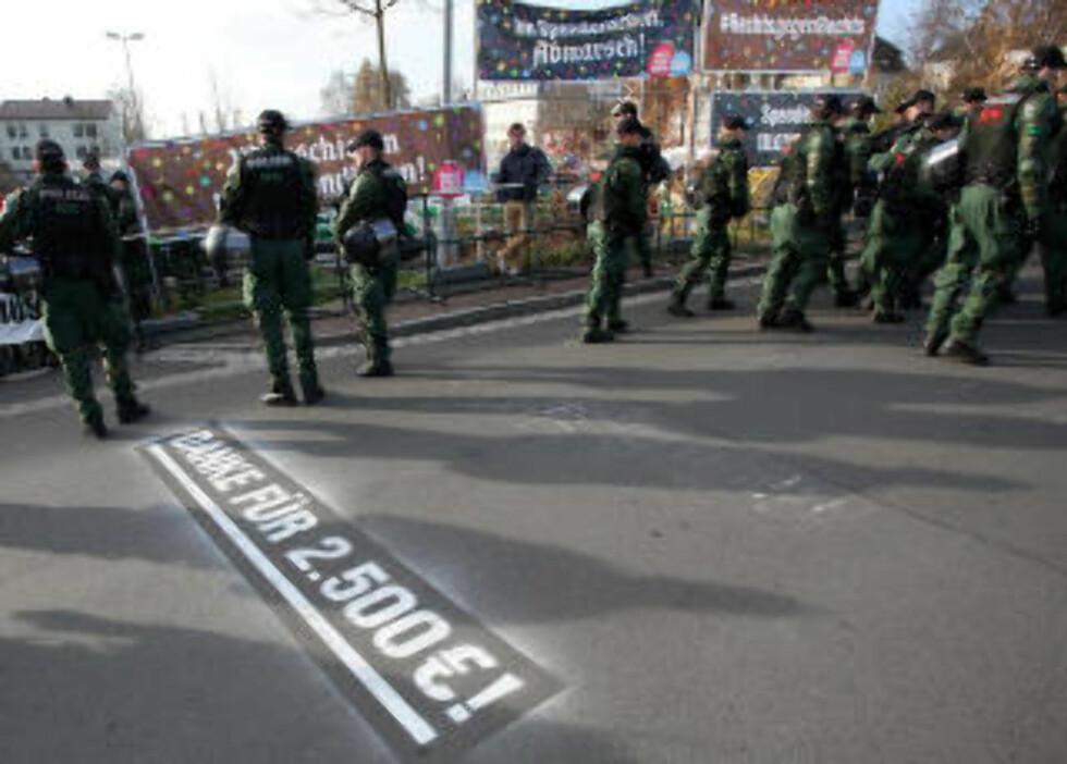 FØRSTE MILEPÆL:  Motdemonstrasjonsarrangøren hadde malt i gatene for å informere nynazistene underveis hvor mye penger de marsjerte inn til det antifascistiske arbeidet. Her takkes det for 2500 euro. Foto: Fricke / AP / NTB Scanpix