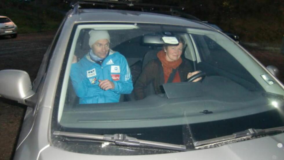 MISTET FØRERKORTET:  Anders Jacobsen fikk kjørehjelp av mamma Mari til Midtstubakken i dag. FOTO: TORE ULRIK BRATLAND