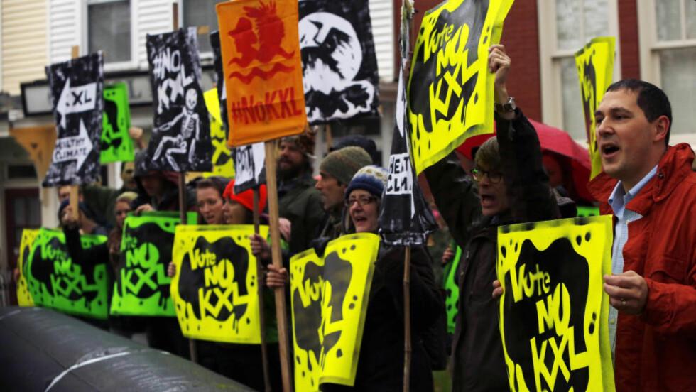 PROTESTER: Miljøforkjempere fra Rosebud Sioux-stammen i Sør-Dakota har demonstrert utenfor huset til den demokratiske senatoren Mary Landrieu mot Keystone-rørledningen. Hun har kjempet for det omstridte oljerøret, men tapte avstemningen i Senatet med én stemme. Foto: REUTERS/Gary Cameron