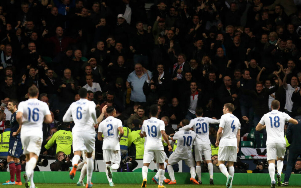 GO ON ENGLAND: Her feirer Wayne Rooney (nummer 10) sitt 3-1-mål foran en meget engasjert engelsk fanskare. Foto: Scott Heppell / AP / NTB Scanpix