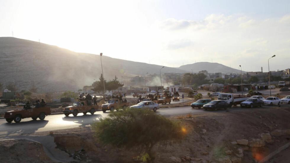 I LIBYA: IS-tilhengere har inntatt Derna i Libya. Dette bildet ble tatt 3. oktober, ifølge Reuters, og skal vise en gruppe som nå har sluttet seg til IS. Foto: REUTERS / Stringer / NTB scanpix