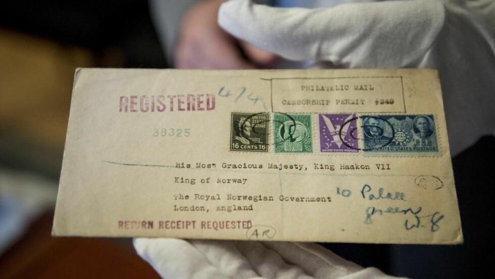 OPPSIKTSVEKKENDE:  Kong Olavs unike frimerkesamling inneholder mange skatter for samlere og gamlekongens brev og frimerker vises fram offentlig for første gang førstkommende helg. Foto: Øistein Norum Monsen
