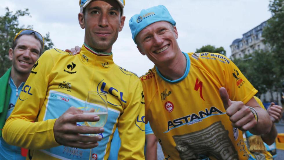 IDYLLEN SPREKKER Alexandre Vinokourov strålte om kapp med Vincenzo Nibali etter sommerens Tour de France-triumf, men nå henger WorldTour-lisensen i en tynn tråd. FOTO: REUTERS/Gonzalo Fuentes