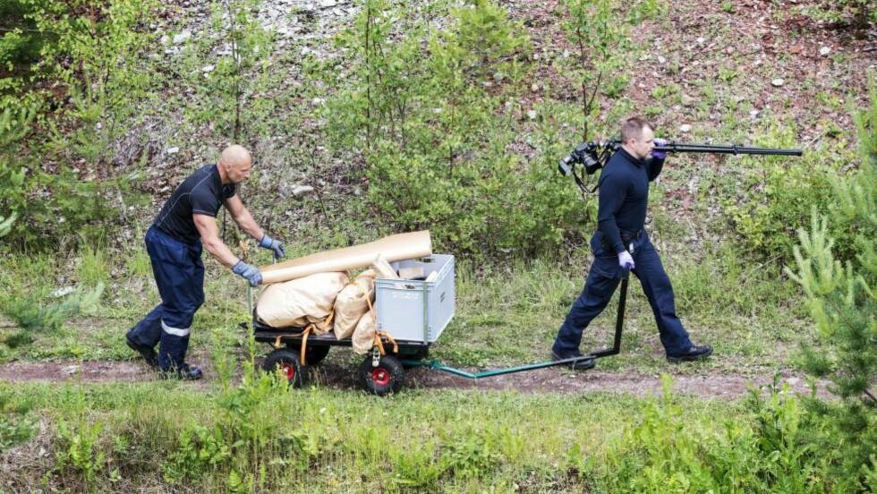 POLITIFUNN: Politiets teknikere ved funnplassen Hällabrottet nær Örebro etter drapet på 22-åringen i sommer.                                                    Foto: Robin Lorentz-Allard/ Aftonbladet / IBL Bildbyrå / NTB Scanpix