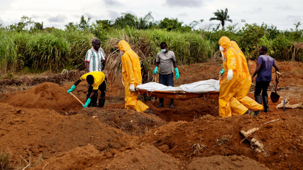 FLERE SMITTET: Et ebolaoffer gravlegges i Waterloo, 3 mil fra hovedstaden Freetown. Foto: FLORIAN PLAUCHEUR / AFP/ NTB Scanpix
