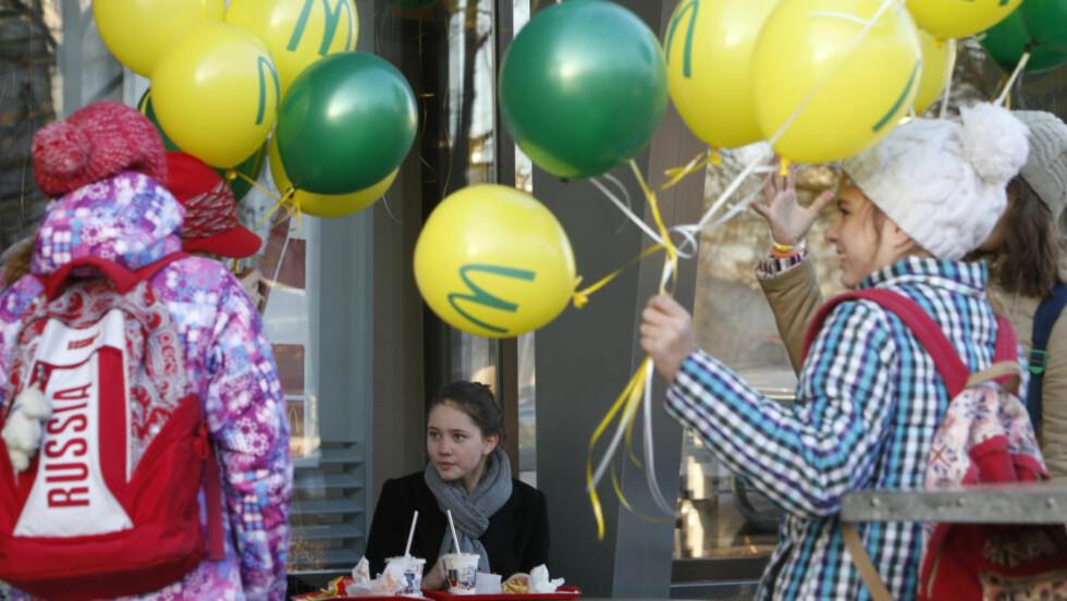 ÅPNET IGJEN: Mcdonalds-restauranten sentralt i Moskva åpnet igjen etter å  ha vært stengt i 90 dager. Foto: REUTERS/Sergei Karpukhin