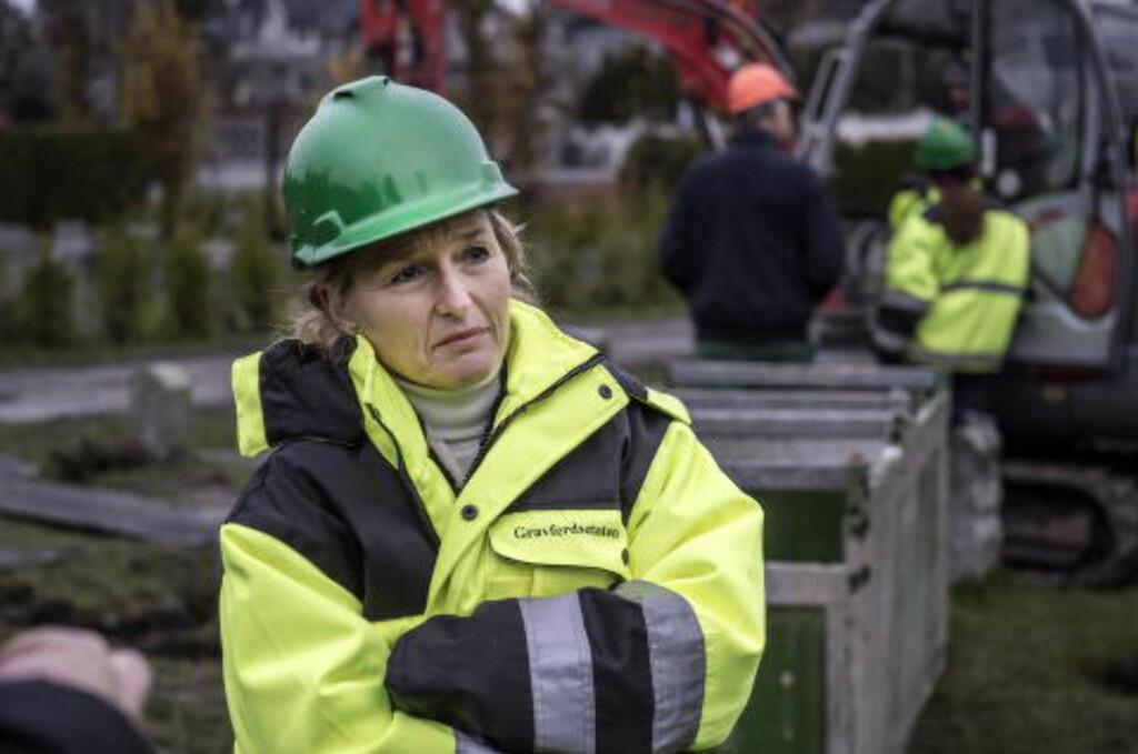 MØTTE OPP: Økonomidirektør i Gravferdsetaten,i Oslo kommune, Wenche Eriksson, dukket opp da Dagbladet var til stede under en oppgraving denne uka. Foto: Øistein Norum Monsen