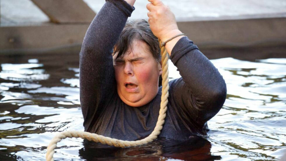 KAMP FOR TILVÆRELSEN: Anne Beate Rye Teigen opplevde flere dramatiske øyeblikk da hun deltok i «Farmen» i 2013. Etter at hun ble løpt ned av en hest ble hun hastekjørt til sjukehuset. Noen dager seinere måtte hun ut i tvekamp, med hjernerystelse og ribbeins-brudd. - Da jeg hang i tauet tenkte jeg at jeg bare måtte holde meg fast, for å overleve, sier hun. Foto: TV 2