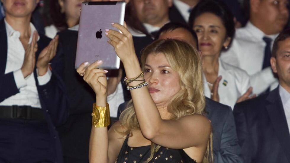 GLAMOURDAGENE: Gulnara Karimova filmer sin far, president Islam Karimov, i 2012 under uavhengighetsdagens 31. august. Da var det glamour og Gulnara levde damenes glade dager. Nå er Karimova i husarrest og en stor korrupsjonsgranskning pågår. Foto: SHAMIL ZHUMATOV / REUTERS / NTB SCANPIX