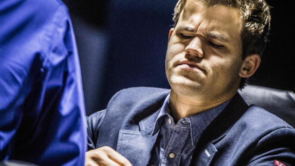 FORT GJORT: Carlsen og Anand var ferdige etter én time av dagens parti. Det virket ikke som om nordmannen var veldig fornøyd med akkurat det. Foto: Lars Eivind Bones / Dagbladet