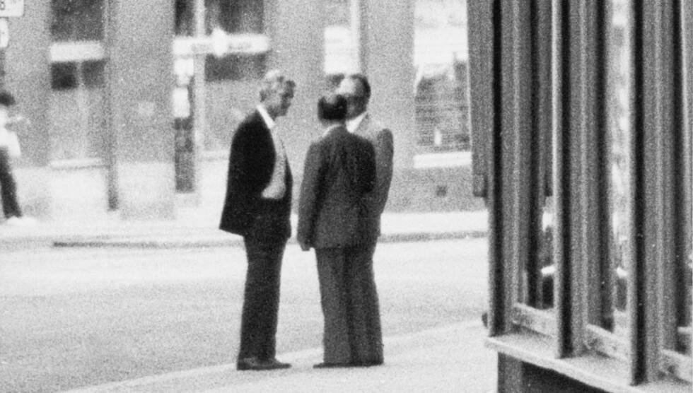 MØTE I WIEN: Arne Treholt møtte sine KGB-kontakter Gennadij Titov og Aleksandr Lopatin utenfor en restaurant i Wien 20. august 1983. Foto: Overvåkningspolitiet / NTB Pluss arkiv  Foto: PST /SCANPIX