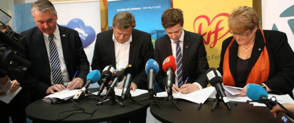 SIGNERTE: Partiene signerte budsjettavtalen i formiddag. Foto: Christian Roth Christensen / Dagbladet