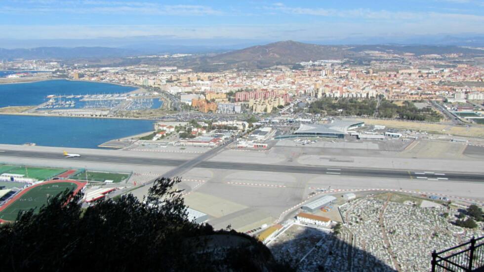 EKSTREM LANDING: Da History Channel kåret verdens mest ekstreme flyplasser, ble rullebanen på Gibraltar rangert som nummer fem. Foto: DAVID JONES / CREATIVE COMMONS