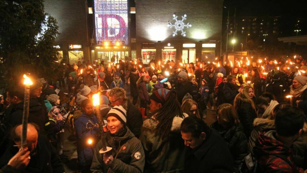 GIKK I FAKKELTOG: Lokalmiljøet på Mortensrud i Oslo gikk i fakkeltog i kveld for å vise solidaritet og samhold. En ti år gammel gutt ble funnet død i slutten av august. Han skal ha vært underernært. Foto: Audun Braastad / NTB scanpix