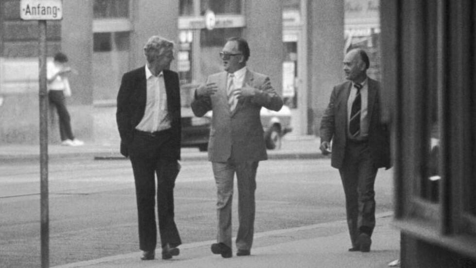 MØTTES PÅ GATA: Dette bildet av Arne Treholt, Genadij Titov og Aleksandr Lopatin i fra august 1983, ble offentliggjort etter at Treholt ble pågrepet. Det skapte stor oppstandelse innad i KGB. Et halvt år etter var både Titov og Lopatin omplassert til Øst-Berlin. Foto: PST/NTB SCANPIX/HANDOUT