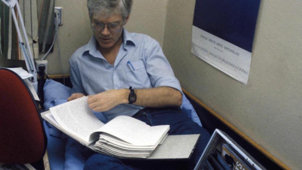 PÅ CELLA: Arne Treholt ble dømt til 20 års fengsel for spionasje i 1985. Han ble benådet av Brundtland-regjeringen av helsegrunner i 1992. Her er han fotografert på cella i Ila landsfengsel i oktober 1985. FOTO: ERIK THORBERG