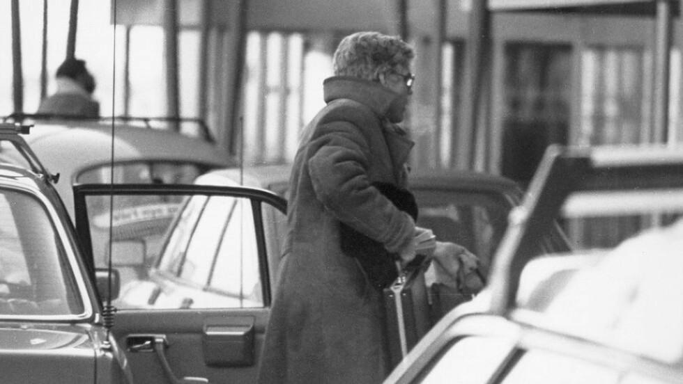 AVSLØRT: Dette bildet, tatt av politispanere, viser Arne Treholt på vei ut av en drosje på Fornebu flyplass 20. januar 1984. Inne i avgangshallen ventet politiet på ham, og han ble pågrepet, siktet for spionasje. At Treholt ble avslørt førte til panikk, lammelse og storrengjøring innad i KGB. Foto: PST/NTB SCANPIX/HANDOUT