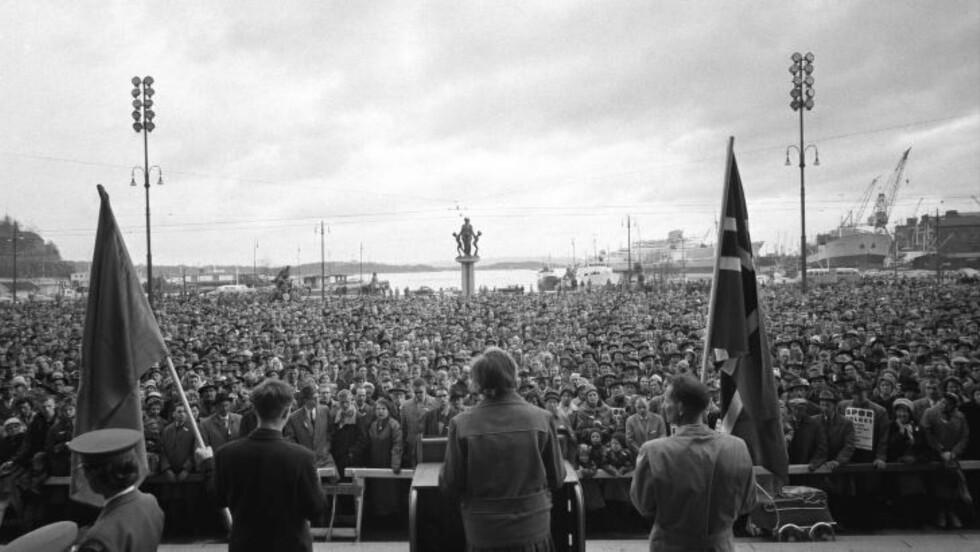 MASSIV PROTEST: Mellom 10 000 og 12 000 mennesker var samlet på Rådhusplassen i Oslo i 1962 under den aller første kampen mot Fellesmarkedet, dagens EU.  Demonstrantene gikk der etter til Stortinget der den norske søknaden om forhandlinger med Fellesmarkedet ble debattert. Foto: IVER AASERUD/NTB SCANPIX
