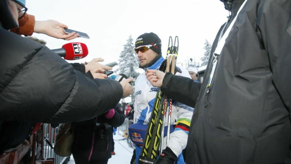 I RAMPELYSET: Petter Northug underpresterte med en 23. plass på Beitostølen i dag, men var likevel i søkelyset - som alltid. - Jeg klarte ikke helt å få tenning på dette rennet, sier han. Foto: Tormod Brenna