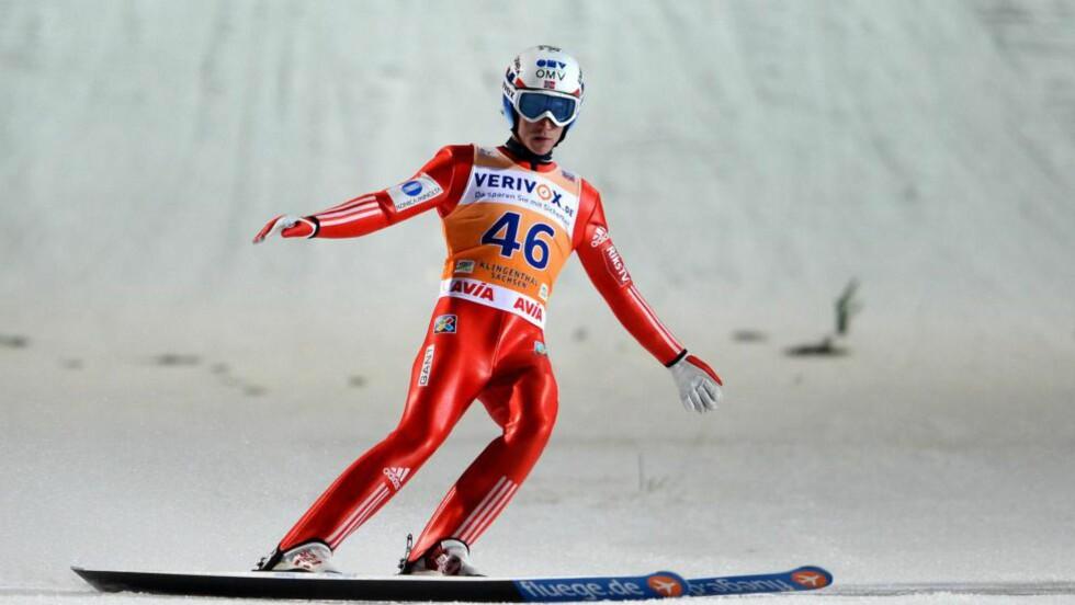 DAGENS LENGSTE: Anders Fannemel hoppet lengst av samtlige under kveldens laghopp i Klingenthal med sine 144 meter. Norge greide likevel ikke bedre enn en tredjeplass. Foto: EPA / ARNO BURGI / NTB Scanpix