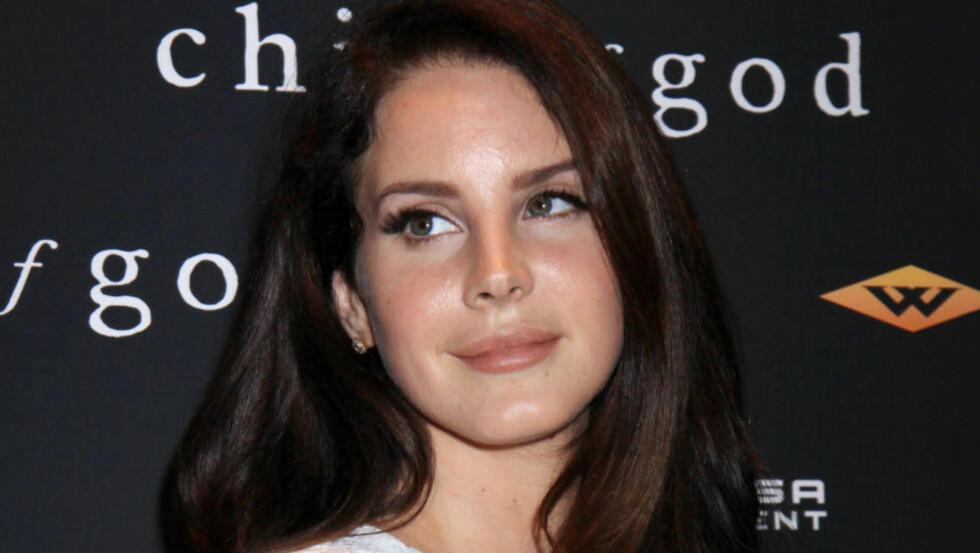 SIMULERER VOLDTEKT FORAN KAMERA: Lana Del Rey blir holdt nede og simulert voldtatt av regissør Eli Roth i en scenen ingen vet hvor stammer fra. Foto: Stella Pictures