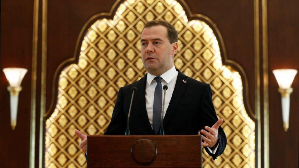 KOMMER IKKE:  Dmitry Medvedev skulle se på dagens parti mellom Vishy Anand og Magnus Carlsen, men har ombestemt seg. Foto: NTB Scanpix