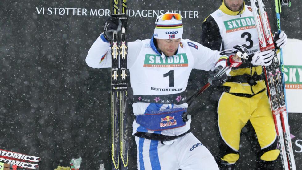 RETT FØLELSE:  Petter Northug ned fra seierspallen for første gang i vinter. Det er en følelse å ta med seg i VM-forberedelsene. FOTO: Terjje Pedersen / NTB scanpix.