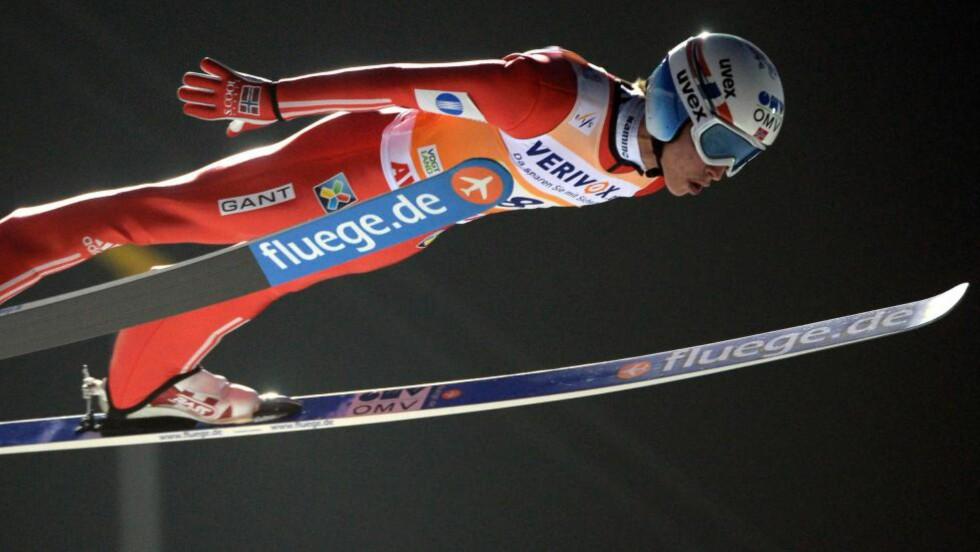 FJERDE: Anders Fannemel presterte glimrende hopping i første omgang i storbakken i Klingenthal søndag. Han slo av ni meter i finaleomgangen og endte utenfor verdenscuppallen. Foto: EPA / HENDRIKSCHMIDT / NTB Scanpix