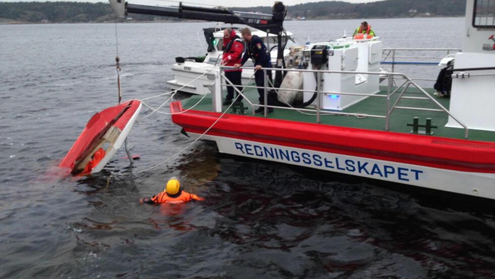 MIKROFLY STYRTET: Mannskapet på redningsskøyta Horn Flyer sikrer mikroflyet som styrtet ved Svalerødkilen i Halden  søndag ettermiddag. En mann ble skadet i styrten.   Foto: Janna Aarvik / Redningsselskapet / NTB scanpix